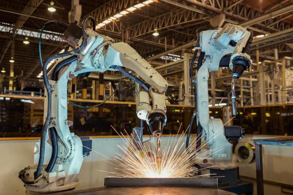Pracujące roboty spawalnicze w fabryce