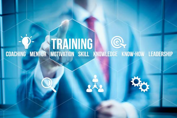 biznesmen wybierając na interfejsie przycisk szkolenia