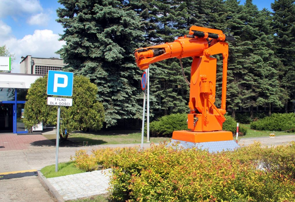 Pomarańczowy robot przed budynkiem instytutu